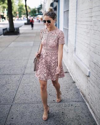 Cómo combinar: vestido de vuelo de encaje rosado, sandalias de tacón de ante marrón claro, bolso bandolera de cuero rosado