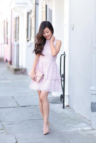 Cómo combinar: vestido de vuelo de encaje violeta claro, zapatos de tacón de cuero en beige, cartera sobre de cuero rosada