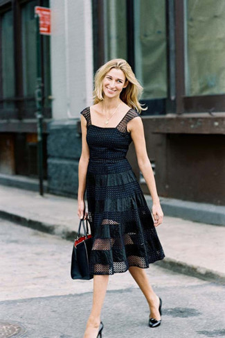 Elige una apariencia sofisticada en un vestido de vuelo de malla a lunares negro. Zapatos de tacón de cuero negros son una opción estupenda para complementar tu atuendo.