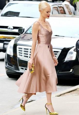 Ponte un vestido de vuelo de satén rosado para una apariencia clásica y elegante. Complementa tu atuendo con zapatos de tacón de cuero dorados.