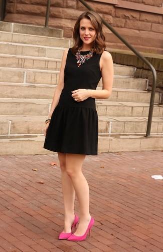Cómo combinar: vestido de vuelo negro, zapatos de tacón de ante rosa, collar en multicolor