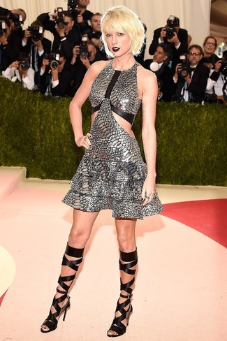 Sin ninguna duda, te verás escandalosamente hermosa en un vestido de vuelo plateado. ¿Quieres elegir un zapato informal? Complementa tu atuendo con sandalias romanas altas de cuero negras para el día.