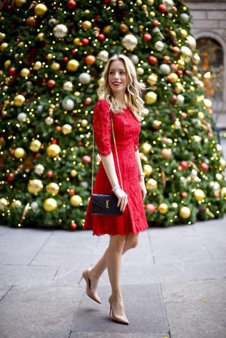 Cómo combinar: vestido de vuelo de encaje rojo, zapatos de tacón de cuero en beige, bolso bandolera de cuero acolchado negro, reloj plateado