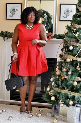 Cómo combinar un collar en multicolor: Intenta combinar un vestido de vuelo rojo con un collar en multicolor para un look agradable de fin de semana. Zapatos de tacón de cuero de pata de gallo en negro y blanco son una opción muy buena para completar este atuendo.