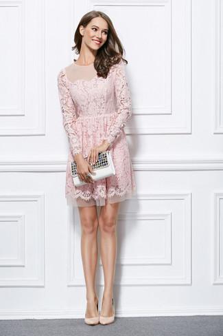 Cómo combinar: vestido de vuelo de encaje rosado, zapatos de tacón de cuero en beige, cartera sobre de cuero con adornos blanca, anillo negro