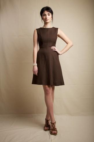 Cómo combinar un anillo blanco: Intenta combinar un vestido de vuelo en marrón oscuro con un anillo blanco transmitirán una vibra libre y relajada. ¿Te sientes valiente? Completa tu atuendo con sandalias con cuña de ante marrónes.