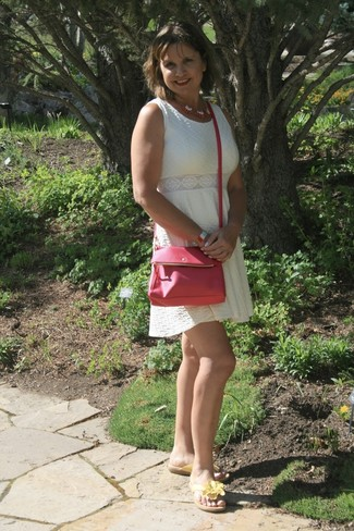 Elige un vestido de vuelo blanco y una pulsera multicolor para que te veas verdaderamente magnífica. Mezcle diferentes estilos con sandalias de dedo de cuero amarillas.