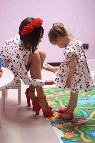 Cómo combinar: vestido en blanco y rojo, sandalias rojas