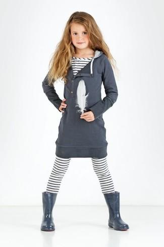 Cómo combinar: vestido de algodón en gris oscuro, camiseta de rayas horizontales blanca, leggings de rayas horizontales blancos, botas de lluvia en gris oscuro