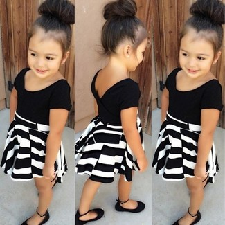Cómo combinar: vestido en negro y blanco, bailarinas negras