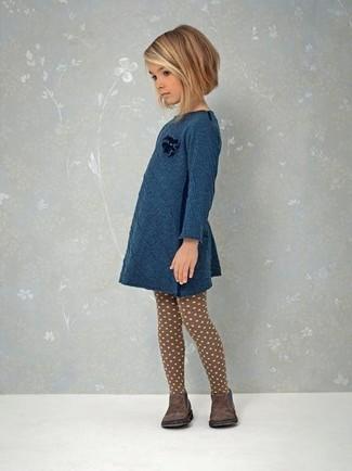 Cómo combinar: vestido en verde azulado, botas en marrón oscuro, medias marrónes