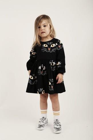 Cómo combinar: vestido estampado negro, zapatillas blancas, calcetines blancos