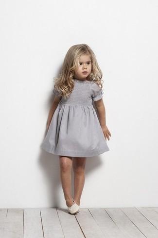 Cómo combinar: vestido gris, bailarinas blancas