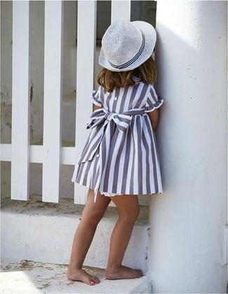 Cómo combinar: vestido gris, sombrero blanco