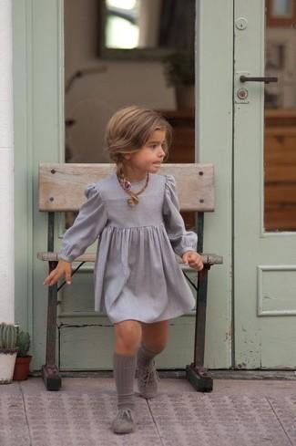 Cómo combinar: vestido gris, zapatos oxford grises, calcetines grises