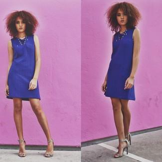 Cómo combinar: vestido jersey azul, sandalias de tacón de cuero con print de serpiente grises