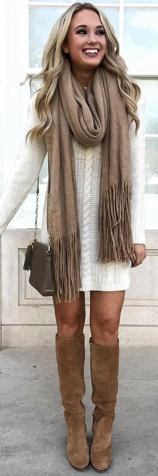 Cómo combinar una bufanda marrón: Usa un vestido jersey blanco y una bufanda marrón transmitirán una vibra libre y relajada. ¿Te sientes valiente? Completa tu atuendo con botas de caña alta de ante marrónes.