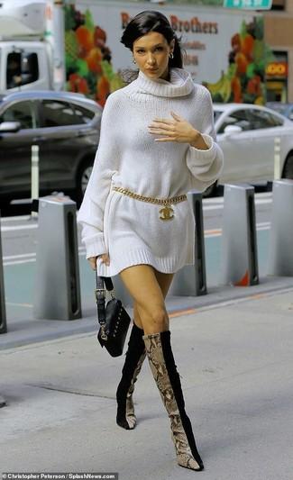 Cómo combinar: vestido jersey blanco, botas de caña alta de ante negras, cartera sobre de cuero negra, correa dorada