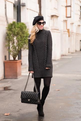 Cómo combinar: vestido jersey en gris oscuro, botines de ante negros, bolso de hombre de cuero acolchado negro, boina negra