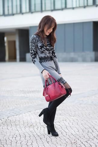 Cómo combinar una correa de cuero negra: Haz de un vestido jersey estampado gris y una correa de cuero negra tu atuendo para un look agradable de fin de semana. Botines de ante negros son una opción estupenda para completar este atuendo.