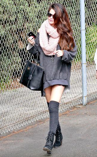 Look de Selena Gomez: Vestido Jersey Gris, Botines con Cordones de Ante Negros, Calcetines Hasta la Rodilla Grises, Bolsa Tote de Cuero Negra
