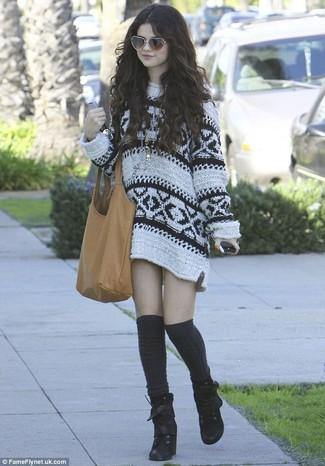 Look de Selena Gomez: Vestido Jersey Estampado Blanco, Botines con Cordones de Ante Negros, Calcetines Hasta la Rodilla Negros, Bolsa Tote de Cuero Marrón Claro