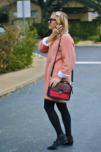 Cómo combinar: vestido jersey rosado, camisa de vestir blanca, bailarinas de nubuck negras, bolso de hombre de cuero burdeos