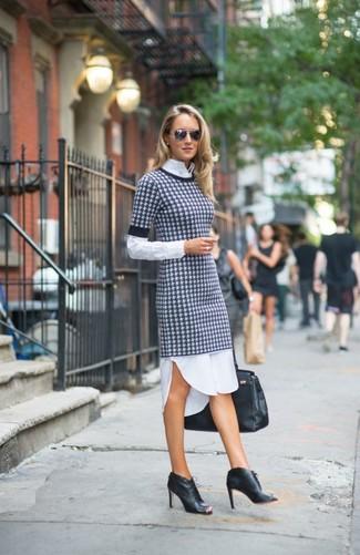 Cómo combinar: vestido jersey de pata de gallo en blanco y negro, camisa de vestir blanca, botines con cordones de cuero con recorte negros, bolsa tote de cuero negra