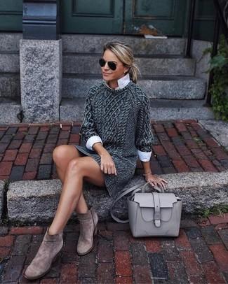 Cómo combinar: vestido jersey de punto en gris oscuro, camisa de vestir blanca, botines de ante marrónes, bolso de hombre de cuero gris