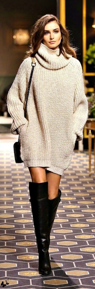 Los días ocupados exigen un atuendo simple aunque elegante, como un vestido jersey de punto beige. Botas sobre la rodilla de cuero negras son una opción buena para complementar tu atuendo.