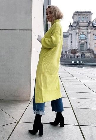Cómo combinar: vestido jersey en amarillo verdoso, vaqueros boyfriend azules, botines de elástico negros
