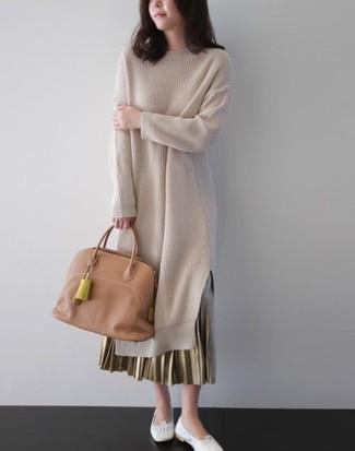 Cómo combinar: vestido jersey en beige, falda larga plisada dorada, bailarinas de cuero blancas, bolsa tote de cuero marrón claro