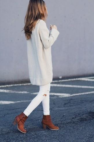 Cómo combinar: vestido jersey en beige, vaqueros pitillo desgastados blancos, botines de cuero en tabaco