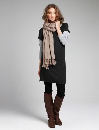 Cómo combinar: vestido jersey en gris oscuro, botas de caña alta de cuero en marrón oscuro, bufanda en beige, medias de lana negras