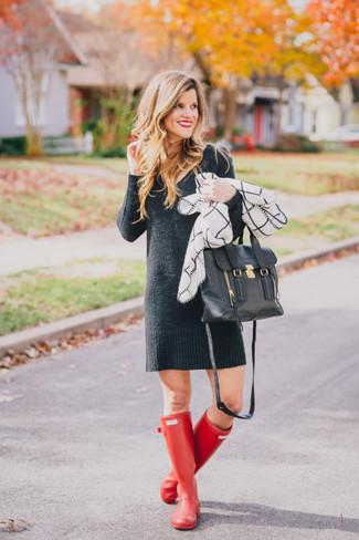 Cómo combinar: vestido jersey en gris oscuro, botas de lluvia rojas, bolso de hombre de cuero negro, bufanda a cuadros en blanco y negro