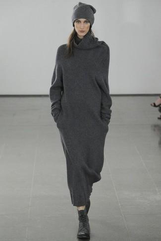 Cómo combinar: vestido jersey en gris oscuro, botas planas con cordones de cuero negras, gorro en gris oscuro