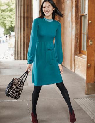 Cómo combinar: vestido jersey en verde azulado, botines de ante burdeos, bolsa tote de ante de leopardo marrón, medias en gris oscuro