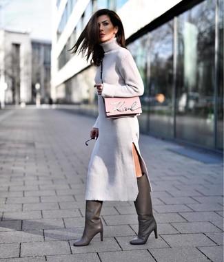 Cómo combinar un bolso bandolera rosado: Casa un vestido jersey gris con un bolso bandolera rosado para un look agradable de fin de semana. Botas de caña alta de cuero en gris oscuro levantan al instante cualquier look simple.