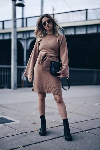 Cómo combinar: vestido jersey marrón, botas planas con cordones de cuero negras, bolso bandolera de cuero negro, gafas de sol negras