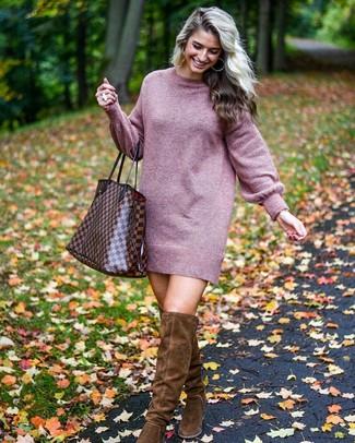 Cómo combinar: vestido jersey morado, botas sobre la rodilla de ante en marrón oscuro, bolsa tote de cuero a cuadros marrón