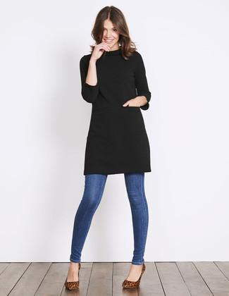 Cómo combinar: vestido jersey negro, vaqueros pitillo azules, zapatos de tacón de ante de leopardo marrónes