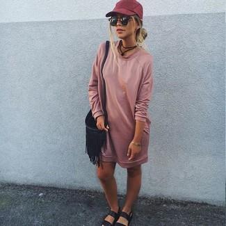 Cómo combinar: vestido jersey rosado, sandalias planas de cuero negras, bolso bandolera de cuero сon flecos negro, gorra inglesa burdeos