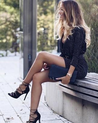 Cómo combinar: vestido jersey en gris oscuro, sandalias de tacón de ante negras, cartera sobre de cuero negra, cinturón de cuero negro