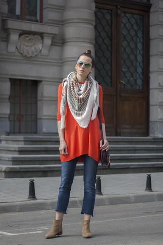 Cómo combinar: vestido jersey naranja, vaqueros azules, botines de ante marrón claro, bolso bandolera de cuero morado oscuro