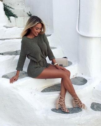 Cómo combinar unas sandalias romanas de ante marrón claro: Elige un vestido jersey verde oliva para un look diario sin parecer demasiado arreglada. ¿Quieres elegir un zapato informal? Haz sandalias romanas de ante marrón claro tu calzado para el día.