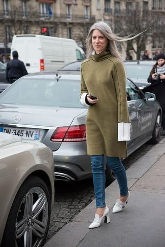 Un vestido jersey verde oliva y unos vaqueros pitillo azules son el combo perfecto para llamar la atención por una buena razón. Agrega zapatos de tacón de cuero blancos de Journee Collection a tu apariencia para un mejor estilo al instante.