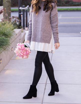 Cómo combinar: vestido jersey violeta claro, leggings de cuero negros, botines chelsea de ante negros