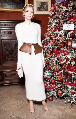 Cómo combinar: vestido jersey de mohair blanco, zapatos de tacón de cuero marrón claro, cartera sobre blanca, cinturón de cuero marrón