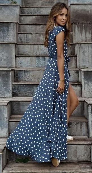 Cómo combinar: vestido largo a lunares en azul marino y blanco, alpargatas blancas