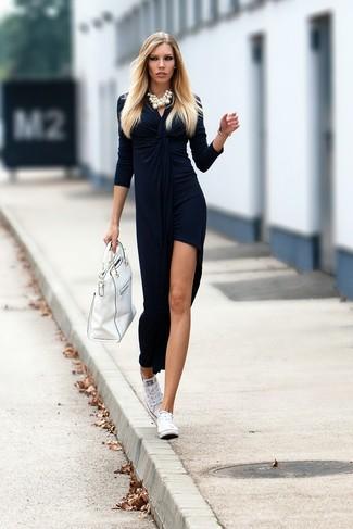 Cómo combinar: vestido largo de terciopelo con recorte azul marino, tenis de lona blancos, bolsa tote de cuero blanca, collar de perlas blanco